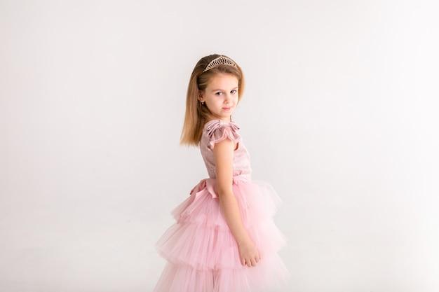 Princesinha linda dança no vestido rosa de luxo Foto Premium
