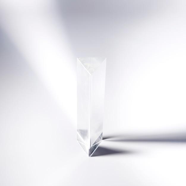Prisma de cristal transparente no fundo branco Foto gratuita