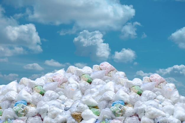 Problema global do lixo, pilha do saco de plástico e garrafas. Foto Premium