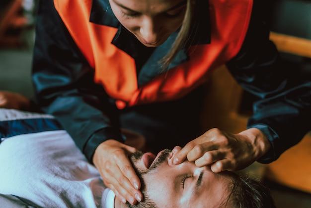 Problemas de saúde. ataque cardíaco. homem inconsciente. Foto Premium