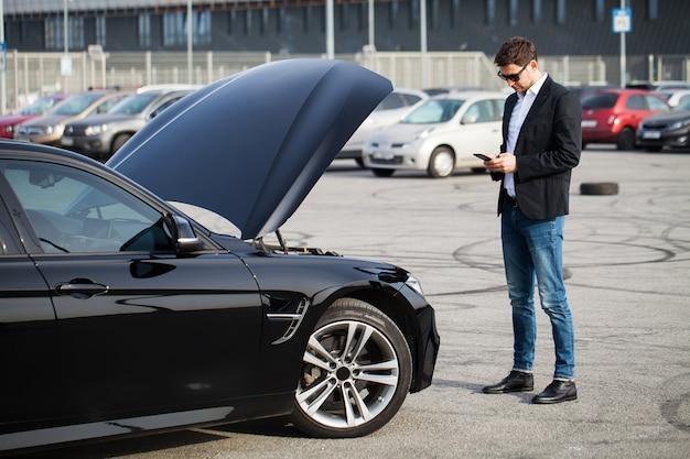 Problemas na estrada homem, com, carro quebrado, chamando, smartphone Foto Premium
