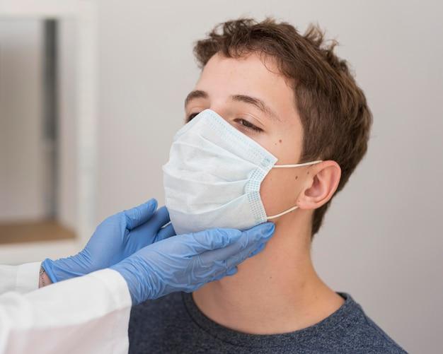 Procedimento de amostra de coronavírus Foto gratuita