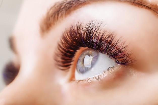 Procedimento de extensão dos cílios. olho de mulher com cílios longos Foto Premium