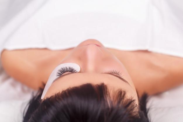 Procedimento de extensão dos cílios. olho de mulher com cílios longos. Foto Premium