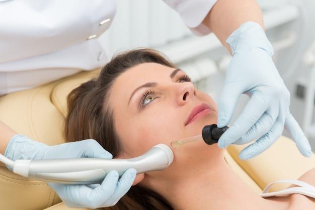 Procedimento de injeção cosmética Foto gratuita