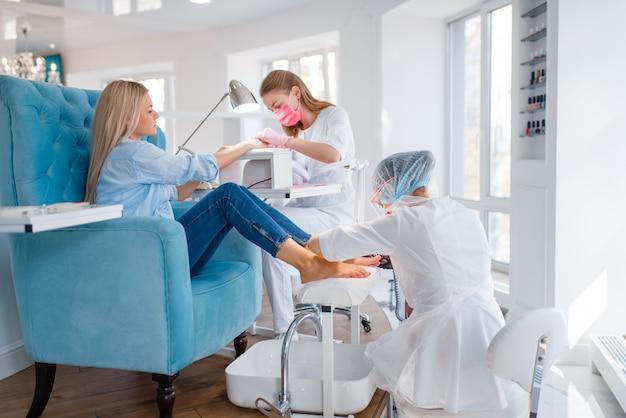 Procedimento de salão de cosmetologia, manicure e pedicure. Foto Premium