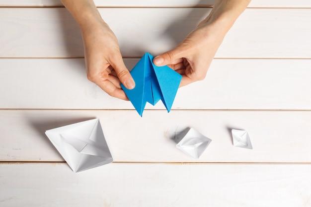 Processo de artesanato de papel barco de origami Foto Premium