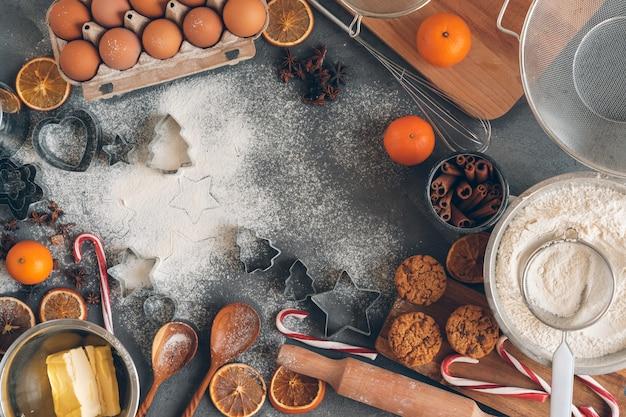 Processo de cozinhar massa para biscoitos de natal Foto Premium