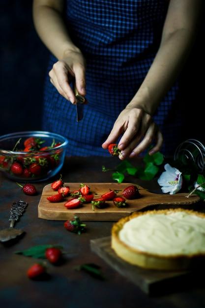Processo de fabricação de torta com morangos Foto gratuita
