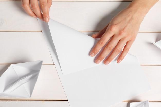 Processo, de, handcrafting, origami, papel, bote Foto Premium