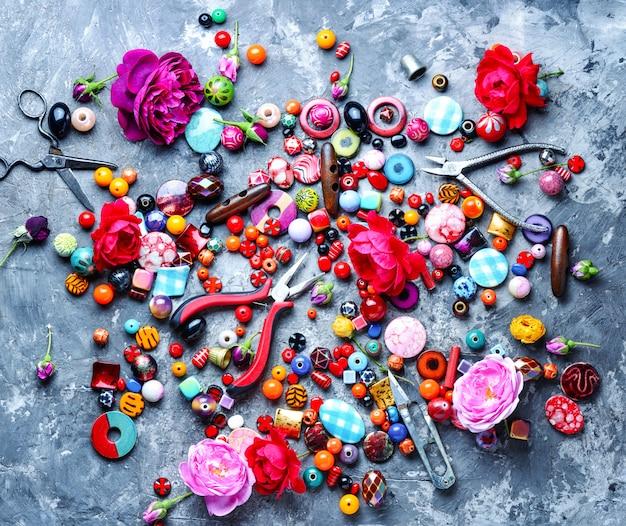 Processo de miçangas, miçangas coloridas Foto Premium