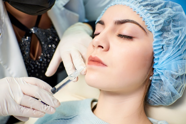 Processo de tratamento de rosto. o conceito de tratamento e cuidados com a pele Foto Premium
