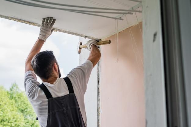 Processo, trabalhador masculino, reparar, janela, em, um, casa, cima Foto Premium