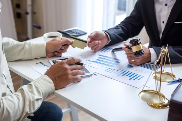 Procuradores na consultoria de fraude em cartões de crédito Foto Premium
