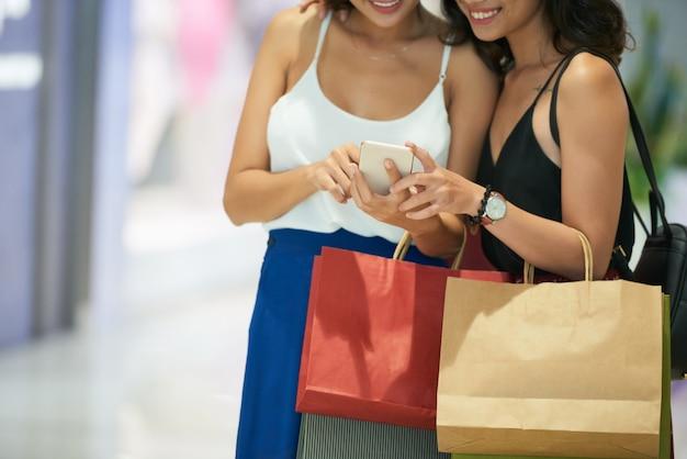 Procurando vendas on-line Foto gratuita