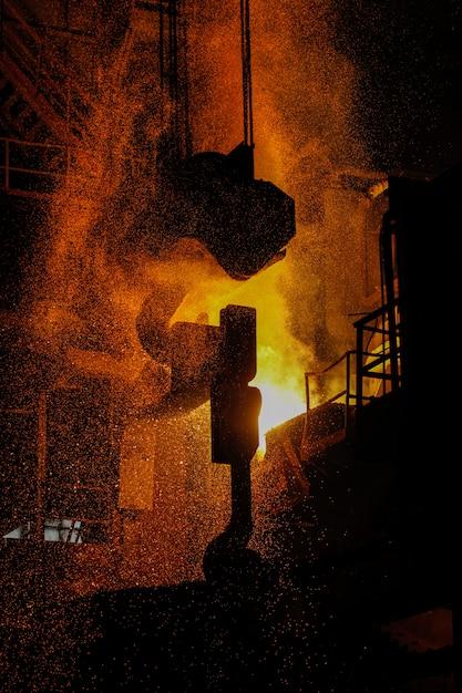 Produção de aço em fornos elétricos. faíscas de aço fundido. oficina de forno elétrico a arco eaf. produção metalúrgica, indústria pesada, engenharia, siderurgia. Foto Premium
