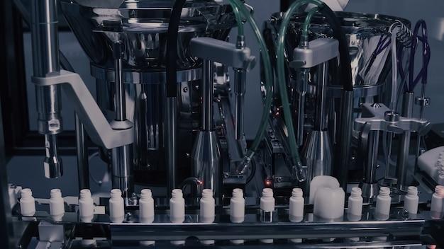 Produção de medicamentos, frascos médicos na linha de fabricação farmacêutica Foto Premium