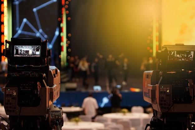 Produção de vídeo câmera de rede social gravação ao vivo no evento stage Foto Premium