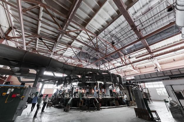 Produção de vidro na indústria fabril de fabricação Foto Premium