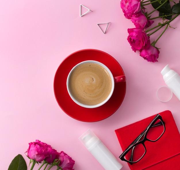 Produto de cuidados da pele cosméticos, notebook, café e flores em rosa Foto Premium
