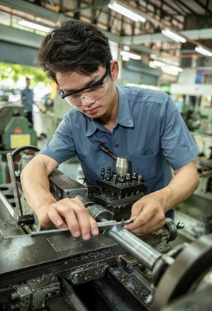 Produto de inspeção de trabalhadores de fábrica com pinças vernier Foto Premium