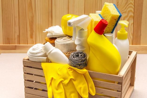 Produto de limpeza da casa em caixa de madeira Foto Premium
