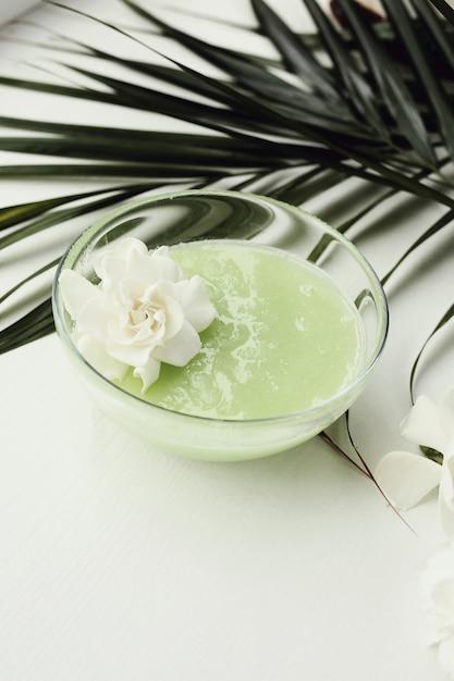 Produto natural de cosmetologia com flores Foto gratuita