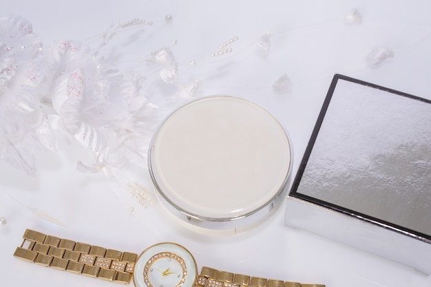 Produtos cosméticos e flores em branco Foto gratuita
