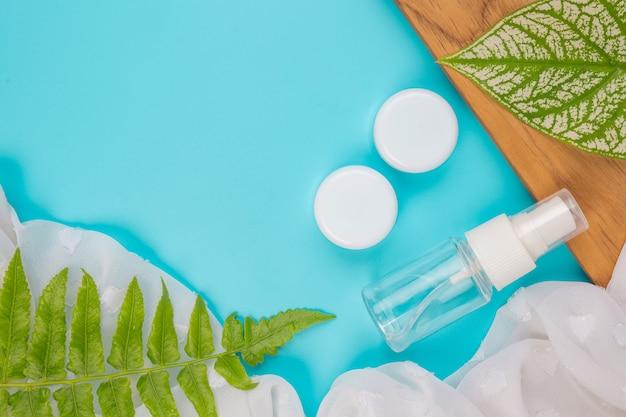 Produtos cosméticos femininos deitado no azul. Foto gratuita