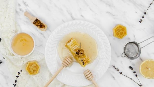 Produtos de abelha com lavanda Foto gratuita