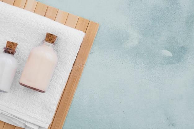Produtos de banho na toalha com espaço de cópia Foto gratuita