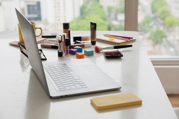 Produtos de beleza de alto ângulo na mesa Foto gratuita