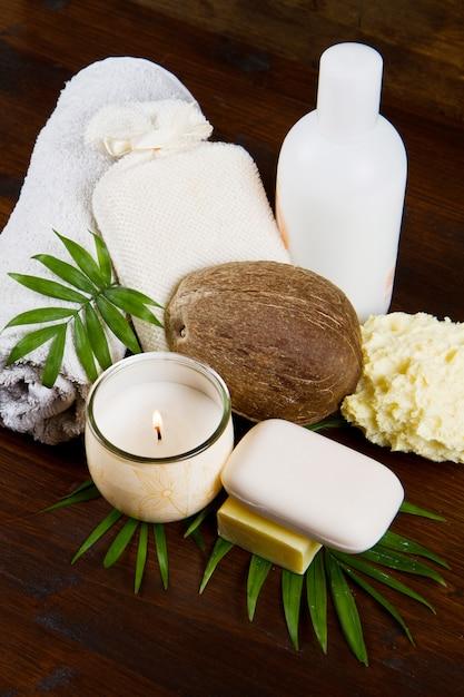 Produtos de coco de spa em madeira Foto Premium