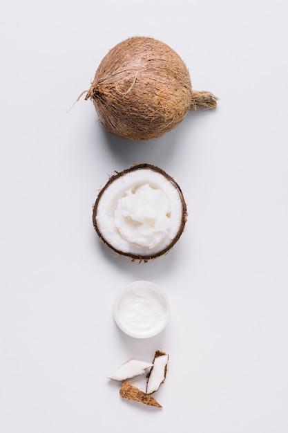 Produtos de coco organizados em uma linha de vista superior Foto gratuita