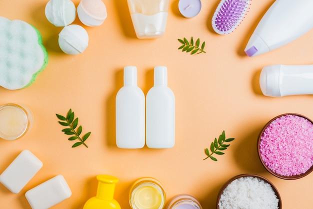 Produtos de cosméticos de spa em fundo colorido Foto gratuita