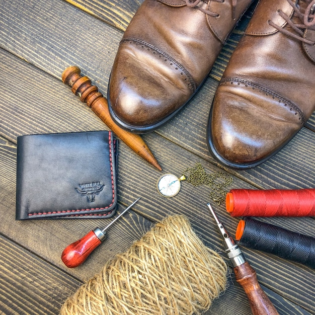 Produtos de couro. oficina para fabricação de roupas e acessórios. Foto Premium