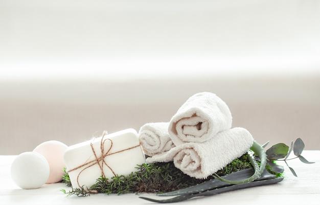 Produtos de cuidados com a pele e aloe vera em fundo branco. Foto gratuita