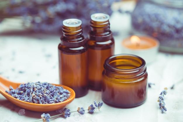 Produtos de cuidados com o corpo de lavanda. aromaterapia, spa e conceito de saúde natural Foto Premium