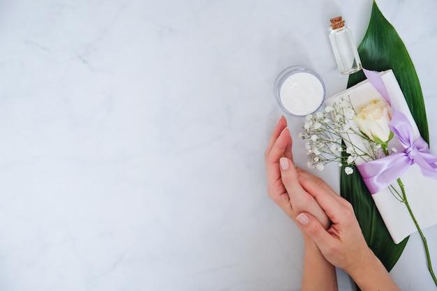 Produtos de cuidados da pele natural spa em branco Foto Premium