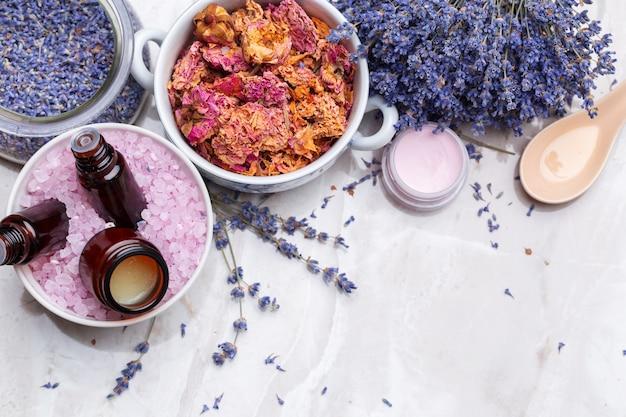 Produtos de cuidados do corpo de lavanda, spa e conceito de saúde natural Foto Premium
