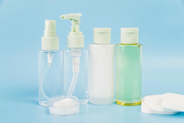 Produtos de ervas spa com esponjas brancas sobre fundo azul Foto gratuita