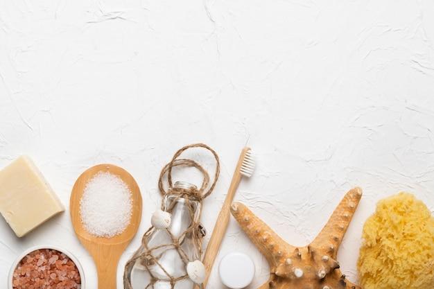 Produtos de higiene cosmética e ferramenta de fricção Foto gratuita