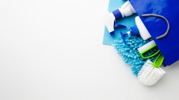 Produtos de higiene no espaço da cópia do saco Foto gratuita