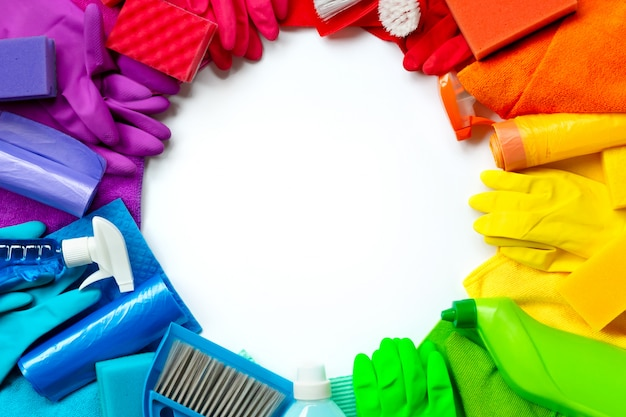 Produtos de limpeza e ferramentas de cores diferentes, isoladas no branco Foto Premium