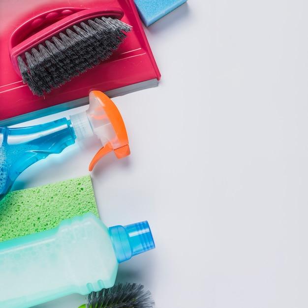 Produtos de limpeza em fundo cinza Foto gratuita