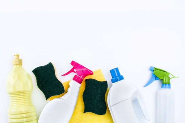 Produtos de limpeza isolados no branco vista superior Foto Premium