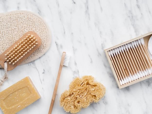 Produtos de limpeza planos na mesa de mármore Foto gratuita