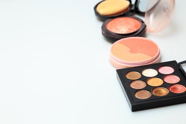 Produtos de maquiagem branco fundo Foto Premium