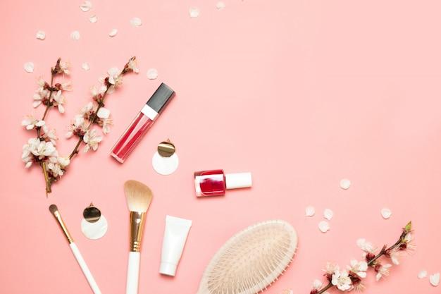 Produtos de maquiagem com cosmética e branca pequena bolsa elegante em luz coral vivo Foto Premium