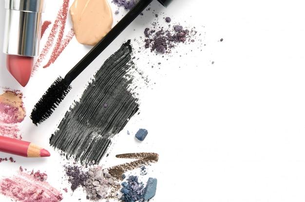 Produtos de maquiagem diferentes em branco Foto Premium